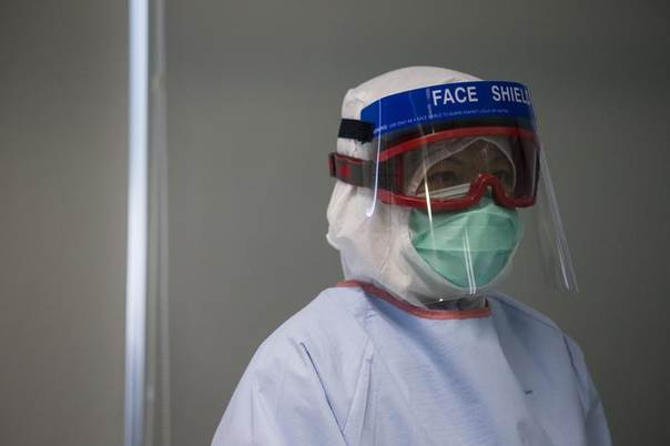 A doctor, wearing protective gear, takes part in a drill with a dummy to demonstrate the procedures of handling a patient afflicted with the Ebola virus, in Hong Kong September 2, 2014. REUTERS/Tyrone Siu