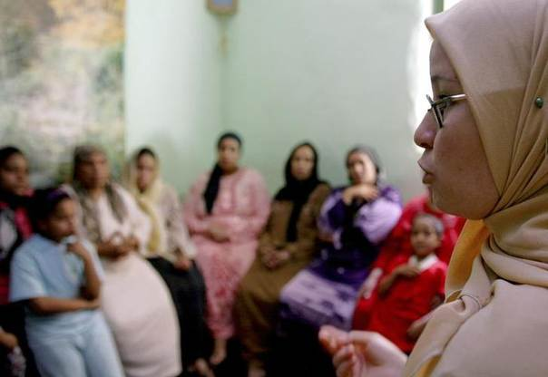 A counsellor tries to persuade a group of women that they should not have FGM (Female Genital Mutilation) performed on their daughters in Minia, Egypt Picture June 13, 2006 REUTERS/Tara Todras-Whitehill