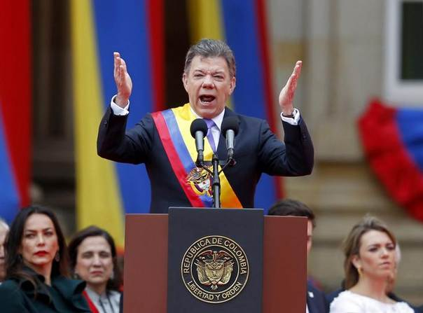 Colombia's President Juan Manuel Santos gestures during a speech, after being adorned with the presidential sash, at an inaguration ceremony to commemorate his second term in Bogota August 7, 2014. REUTERS/Jose Miguel Gomez