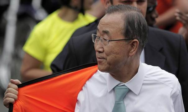 United Nations Secretary-General Ban Ki-moon removes his jacket after riding a bicycle to promote it as an environmentally-friendly form of transportation in San Jose, Costa Rica, July 30, 2014. REUTERS/Juan Carlos Ulate