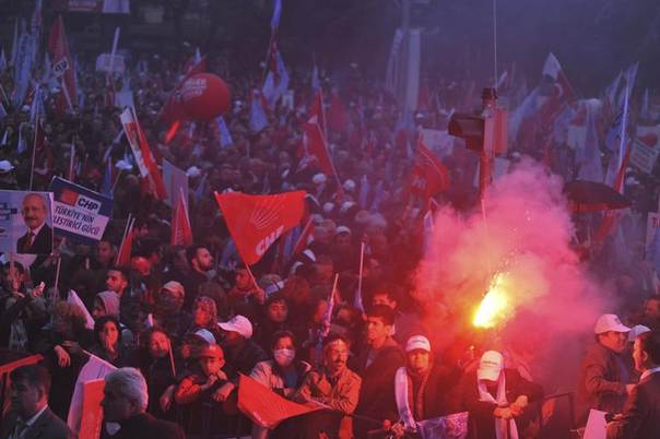 Supporters of Turkey's main opposition Republican People's Party (CHP) light flares during an election rally in Ankara March 28, 2014.  REUTERS/Stringer