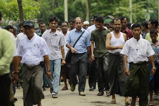 Tomas Ojea Quintana (C), United Nations Special Rapporteur on the human rights situation, walks with Rohingya Muslims as he visits Aung Mingalar quarter in Sittwe, Myanmar, August 13, 2013. REUTERS/Soe Zeya Tun