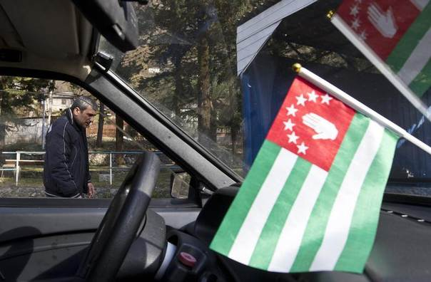 A flag of Abkhazia is on display inside a car in the town of Tkvarcheli, some 50 km (31 miles) southeast of Sukhumi, the capital of Georgia's breakaway region of Abkhazia December 27, 2013. REUTERS/Maxim Shemetov