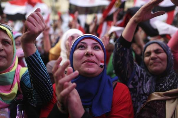 Egyptians celebrate after the swearing-in ceremony of President elect Abdel Fattah al-Sissi, in front of the Presidential Palace in Cairo, Egypt, June 8, 2014. REUTERS/Asmaa Waguih