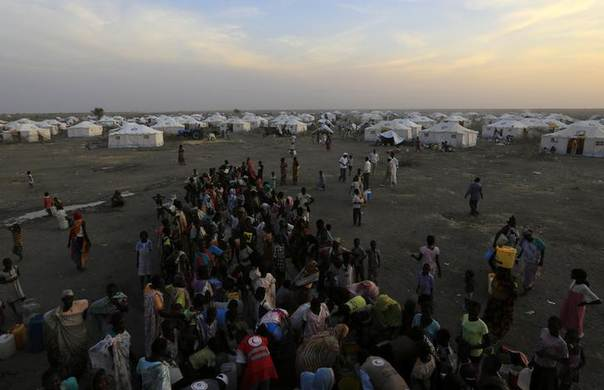 South Sudanese refugees wait to collect water at camp Kilo 10 in the al-Salam locality at the Sudan border in White Nile State January 26, 2014. REUTERS/Mohamed Nureldin Abdallah