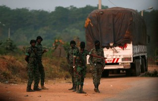 Mutinous soldiers stand at a checkpoint in Bouake, Ivory Coast