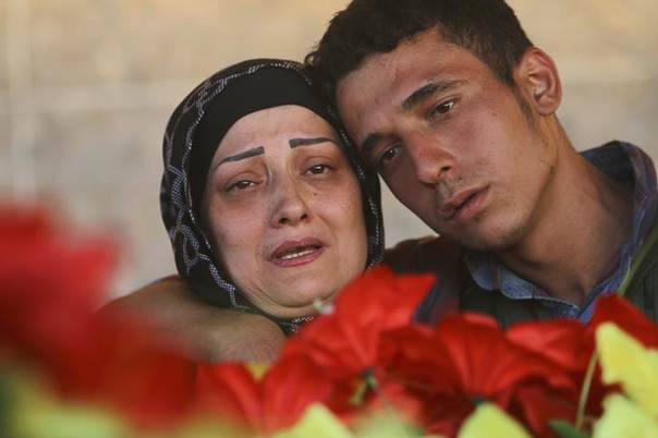 Relatives mourn the death of a Kurdish People's Protection Units  fighter killed during clashes with Islamic State fighters in the Iraqi city of Rabia on the Iraqi-Syrian border August 6, 2014. REUTERS/Rodi Said