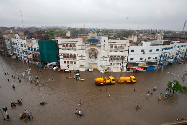 A general view of a flooded road after heavy rains in Lahore, Pakistan, on September 5, 2014. At least 73 people have been killed across Pakistan after heavy rains brought flash floods and caused homes to collapse in the Punjab and Kashmir regions, government officials said Friday. REUTERS/Mohsin Raza