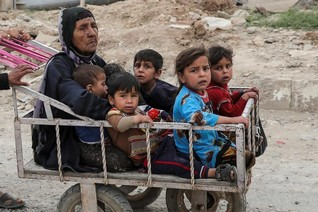 Hundreds flee Mosul fighting as others return to former IS areas