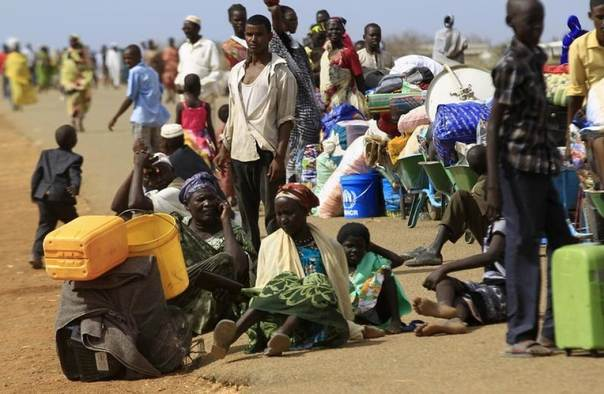 South Sudanese fleeing an attack on the South Sudanese town of Rank, wait with their belongings after arriving at a border gate in Joda, along the Sudanese border, April 19, 2014. REUTERS/Mohamed Nureldin Abdallah