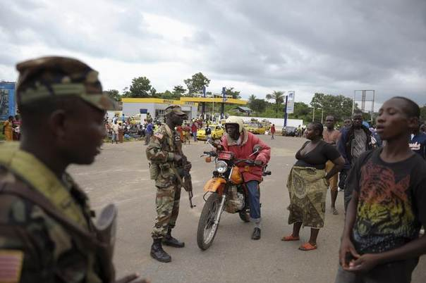 Liberian soldiers check people travelling in Bomi County August 11, 2014. Liberian troops set up roadblocks and stopped access to some of the towns worst hit by Ebola. REUTERS/Stringer