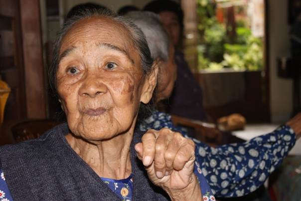 Ibu Lestari recalls the killing of her husband and child during Indonesia's communist purge. She herself gave birth while in hiding, and was later tortured and jailed for more than a decade. Picture taken February 15, 2014. Courtesy of Rosaleen Cunningham
