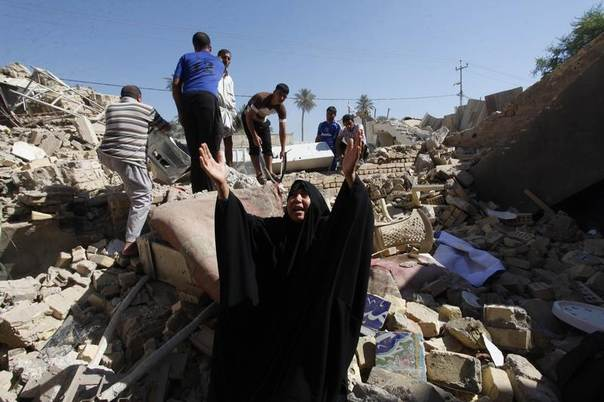 A woman reacts at the site of a suicide bomb attack on Shi'ite mosque in Mussayab, 60km (40 miles) south of the capital Baghdad, September 30, 2013. REUTERS/Alaa Al-Marjani