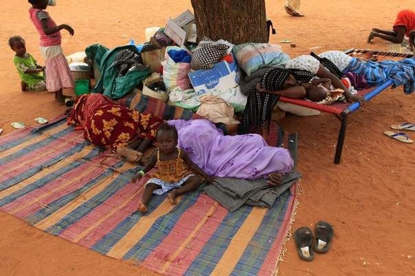 Displaced women and children from Abu Kershola rest at school center in Al-Rahaad at North Kordofan State, Sudan, May 28, 2013. REUTERS/Mohamed Nureldin Abdallah