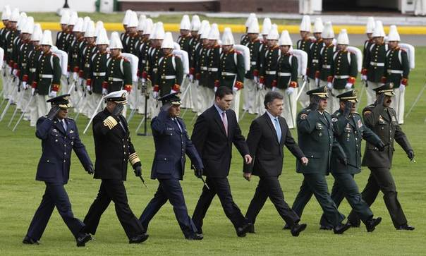 Colombian officers (L-R) Air Force Commander Chief Guillermo Leon , Navy Commander Chief Hernando Wills, Chief of Joint Staff of the Armed Forces Hugo Acosta, Defense Minister Juan Carlos Pinzon, Colombian President Juan Manuel Santos, Armed Forces General Commander Leonardo Barrero, Colombian Army Commander Chief General Juan Pablo Rodriguez and Colombia's Police Chief General Rodolfo Palomino attend a military ceremony to hand over the presidency of the American Armies Conference from the Mexican Army to the Colombian Army, in Bogota February 13, 2014. REUTERS/John Vizcaino