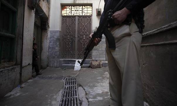 A policeman stands guard during a vaccination campaign in Peshawar, the capital of Khyber-Pakhtunkhwa province March 30, 2014.  REUTERS/Fayaz Aziz