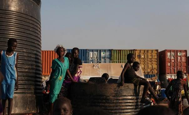 Internally displaced children sit on and around water tanks at Tomping camp in Juba, South Sudan, January 10, 2014. REUTERS/Andreea Campeanu