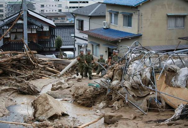 Japan Self-Defense Force (JSDF) soldiers search for survivors as a site where a landslide swept through a residential area at Asaminami ward in Hiroshima, western Japan, August 20, 2014. REUTERS/Toru Hanai