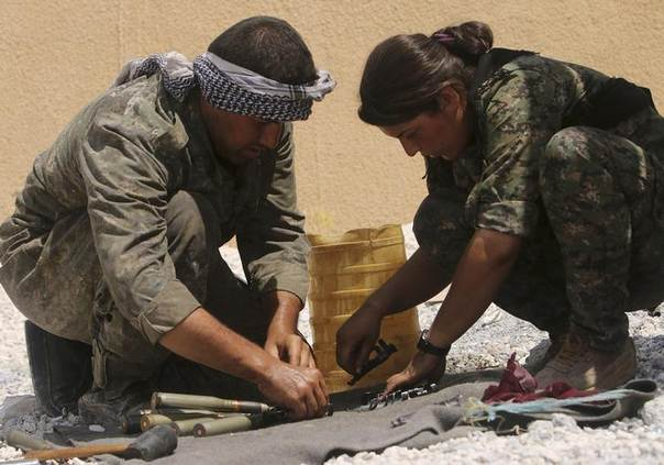 Members of the Kurdish People's Protection Units (YPG) prepare ammunition during clashes with forces loyal to the Islamic State in the Syrian-Iraqi border town of Elierbeh of al-Hasakah Governorate August 5, 2014. Picture taken August 5, 2014. REUTERS/Rodi Said
