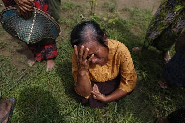 A Muslim woman, whose home was burnt down during violence between Budhists and Muslims, cries in Pauktaw village, outside of Thandwe in the Rakhine state, Myanmar, October 3, 2013. REUTERS/Soe Zeya Tun
