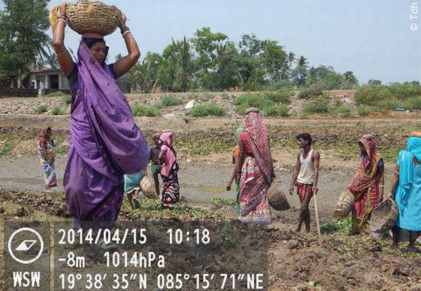 Villagers participate in reconstruction efforts. This photo was taken with a GPS camera, which records the longitudinal and latitudinal location of each image. ©Tdh