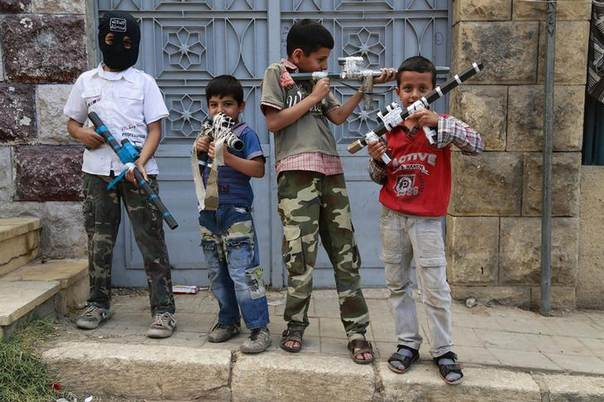 Children pose with their toy weapons in Aleppo June 8, 2014. REUTERS/Hamid Khatib
