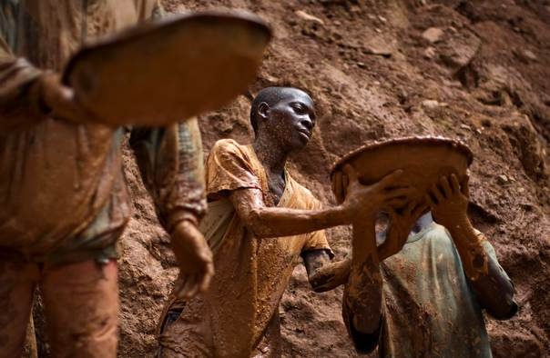 In a 2009 file photo, gold miners form a human chain while digging an open pit at the Chudja mine in the Kilomoto concession near the village of Kobu, 100 km (62 miles) from Bunia in northeastern Congo. REUTERS/Finbarr O'Reilly