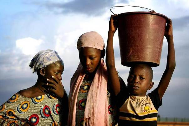 File photo shows three siblings returning home after washing clothes at a river in Niger's capital Niamey July 3, 2005. REUTERS/Finbarr O'Reilly