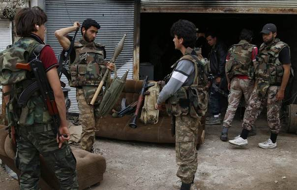 Rebel fighters hold their weapons during preparations ahead of what they said was an offensive against forces loyal to Syria's President Bashar al-Assad in Maarat Al-Nouman, Idlib province May 5, 2014. Picture taken May 5, 2014. REUTERS/Rasem Ghareeb