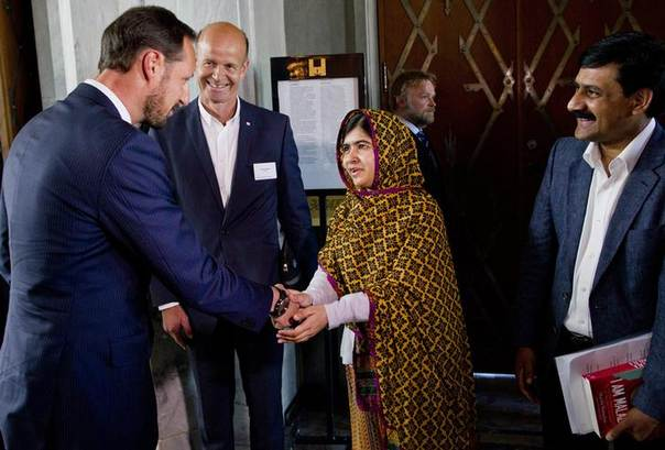 Malala Yousafzai (C) meets with Norway's Crown Prince Haakon (L) at the City Hall in Oslo June 14, 2014. Also pictured are the president of the Norwegian Red Cross, Svein B. Mollekleiv and Malala's father Ziauddin Yousafzai. REUTERS/Vegard Grott/NTB Scanpix