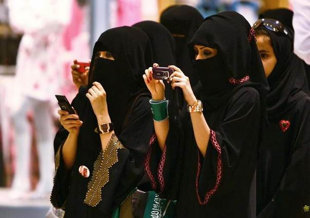 Veiled Saudi women take photos of their children during a ceremony to celebrate Saudi Arabia's Independence Day in Riyadh September 23, 2009. REUTERS/Fahad Shadeed