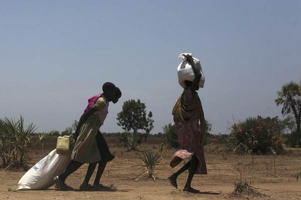 Women carry food at a food distribution site in Nyal, Unity State, South Sudan, April 1, 2014. REUTERS/Andreea Campeanu