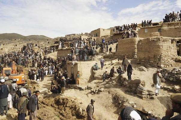 Afghan villagers gather at the site of a landslide at the Argo district in Badakhshan province, May 3, 2014. REUTERS/Stringer