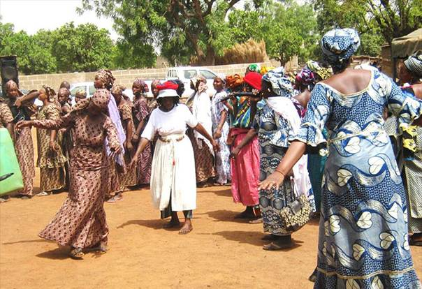Women sing and dance at inter-zonal meeting in Yirimadio in 2013 © Tostan