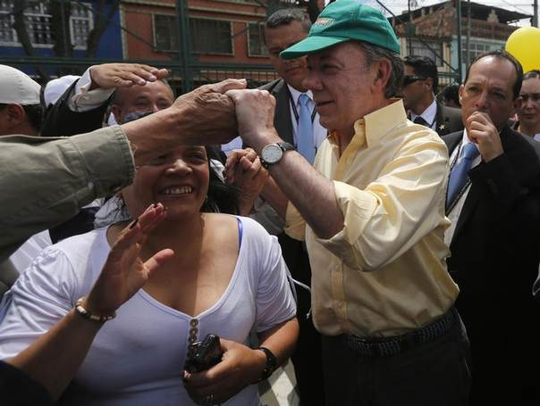 Colombia's President and presidential candidate Juan Manuel Santos (C) greets supporters during a campaign rally in Bogota  June 5, 2014. REUTERS/John Vizcaino