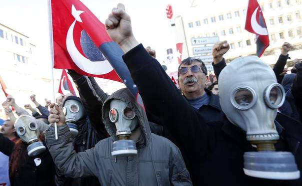 Protesters shout slogans as they try to march towards Turkish Parliament during a protest against Turkey's ruling Ak Party (AKP) and Prime Minister Tayyip Erdogan in Ankara February 13, 2014. REUTERS/Umit Bektas