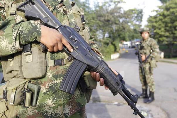 Colombian soldiers stand guard at a street in Caloto February 6, 2014. REUTERS/Jaime Saldarriaga