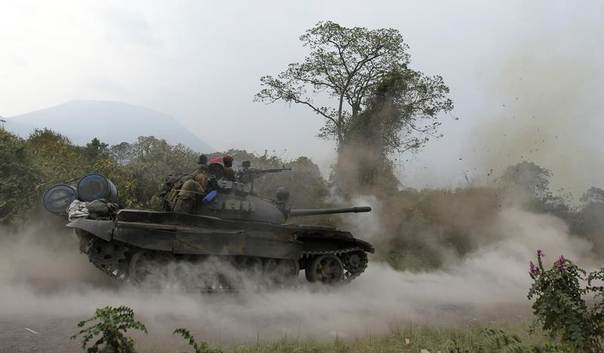 A Congolese armed forces (FARDC) tank fires a shot as soldiers battle M23 rebels in Kibati, outside Goma in the eastern Democratic Republic of Congo, August 30, 2013. REUTERS/Thomas Mukoya