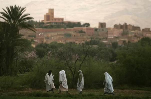 Women walk back to their homes at dusk in the Todra oasis, Morocco March 9, 2009. REUTERS/Rafael Marchante