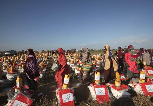 Displaced Somali women arrive at a food distribution centre after moving to higher ground due flooding in areas around Jowhar, a town north of Somalia's capital Mogadishu, December 9, 2013 REUTERS/Omar Faruk