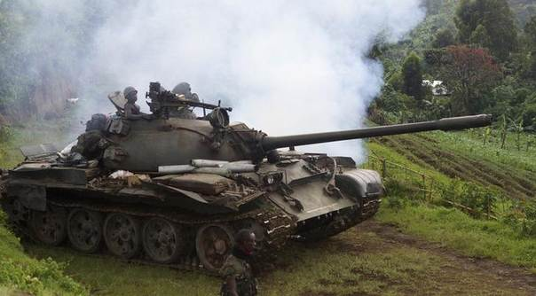 A Congolese army tank moves into position as they advance against the M23 rebels near the Rumangabo military base in Runyoni, 58 km (36 miles) north of Goma, October 31, 2013.  REUTERS/Kenny Katombe