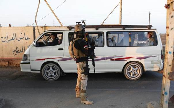 An Iraqi soldier stands guard at a check point in west Baghdad, January 6, 2014. REUTERS/Ahmed Saad