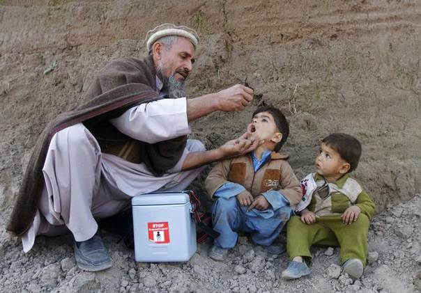 A child receives polio vaccination during an anti-polio campaign on the outskirts of Jalalabad, January 26, 2014. REUTERS/Parwiz