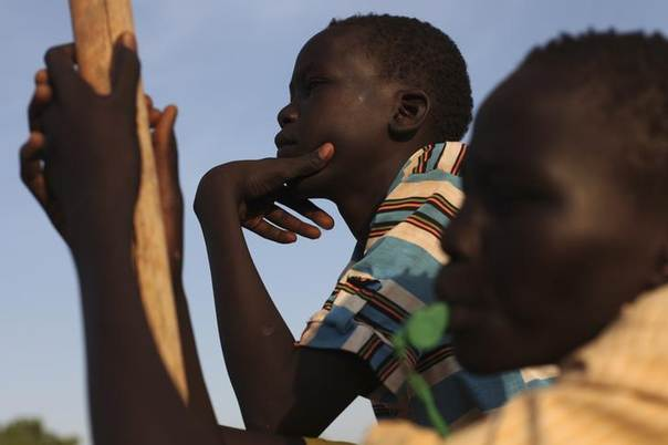 South Sudanese youth watch a volleyball game at a camp for the displaced at the UN Mission in South Sudan (UNMISS) compound in Rumbek, March 19, 2014.  REUTERS/Andreea Campeanu