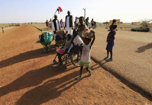 South Sudanese fleeing an attack on the South Sudanese town of Rank arrive at a border gate in Joda, along the Sudanese border, April 18, 2014. REUTERS/Mohamed Nureldin Abdallah