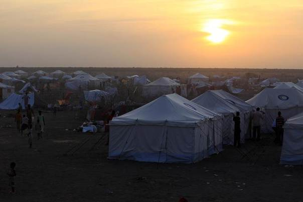 South Sudanese refugees arriving from Malakal and al-Rank war zone inside South Sudan wait in camp Kilo 10, at the Sudan border in White Nile State. Picture January 26, 2014. REUTERS/Mohamed Nureldin Abdallah