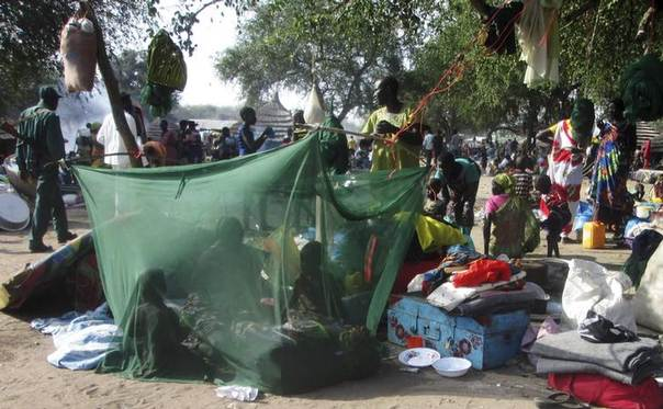 Displaced people gather inside a mosquito net tent as they flee from fighting between the South Sudanese army and rebels in Bor town, 190 km northwest fof the capital Juba. Picture taken December 30, 2013. REUTERS/Stringer
