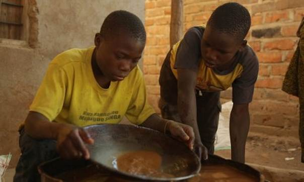 Children pan for gold in Tanzania. Photo courtesy of Human Rights Watch
