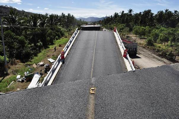 The collapsed bridge Cuajilote is seen after an earthquake struck the area in Tecpan de Galeana May 9, 2014. REUTERS/Claudio Vargas