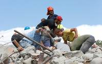 Refugees donate money, help clearing up after Italian quake
